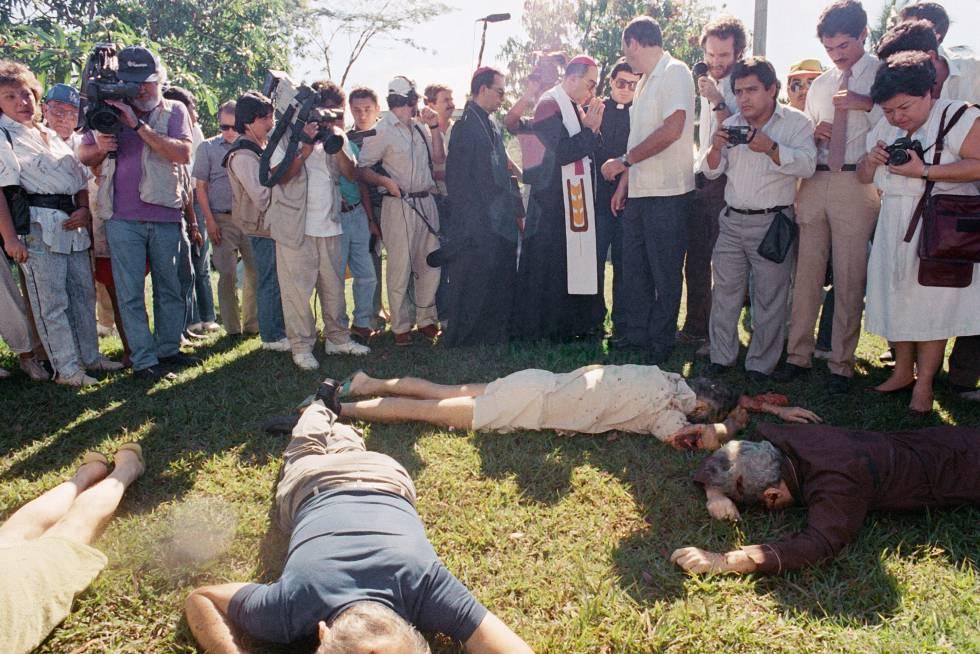 Los cadáveres de los jesuitas y las mujeres asesinados, en el jardín donde fueron encontrados.