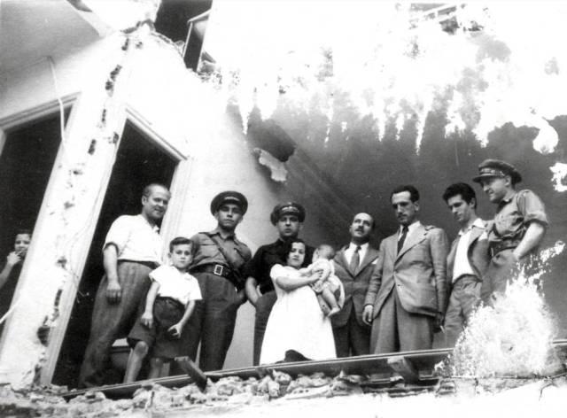 Méndez, tercero por la derecha, en una casa en ruinas durante la Guerra Civil.