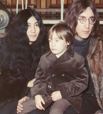 Yoko Ono, John Lennon y su hijo Julian.