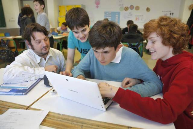 Joanes Olaizola, en clase con sus compañeros y profesor.