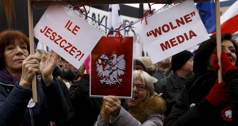 """Manifestación antigubernamental y por la libertad de prensa el año pasado frente a la televisión pública en Varsovia (Polonia). En las pancartas se lee: """"¿Cuántos más?"""" y """"Libertad de prensa""""."""