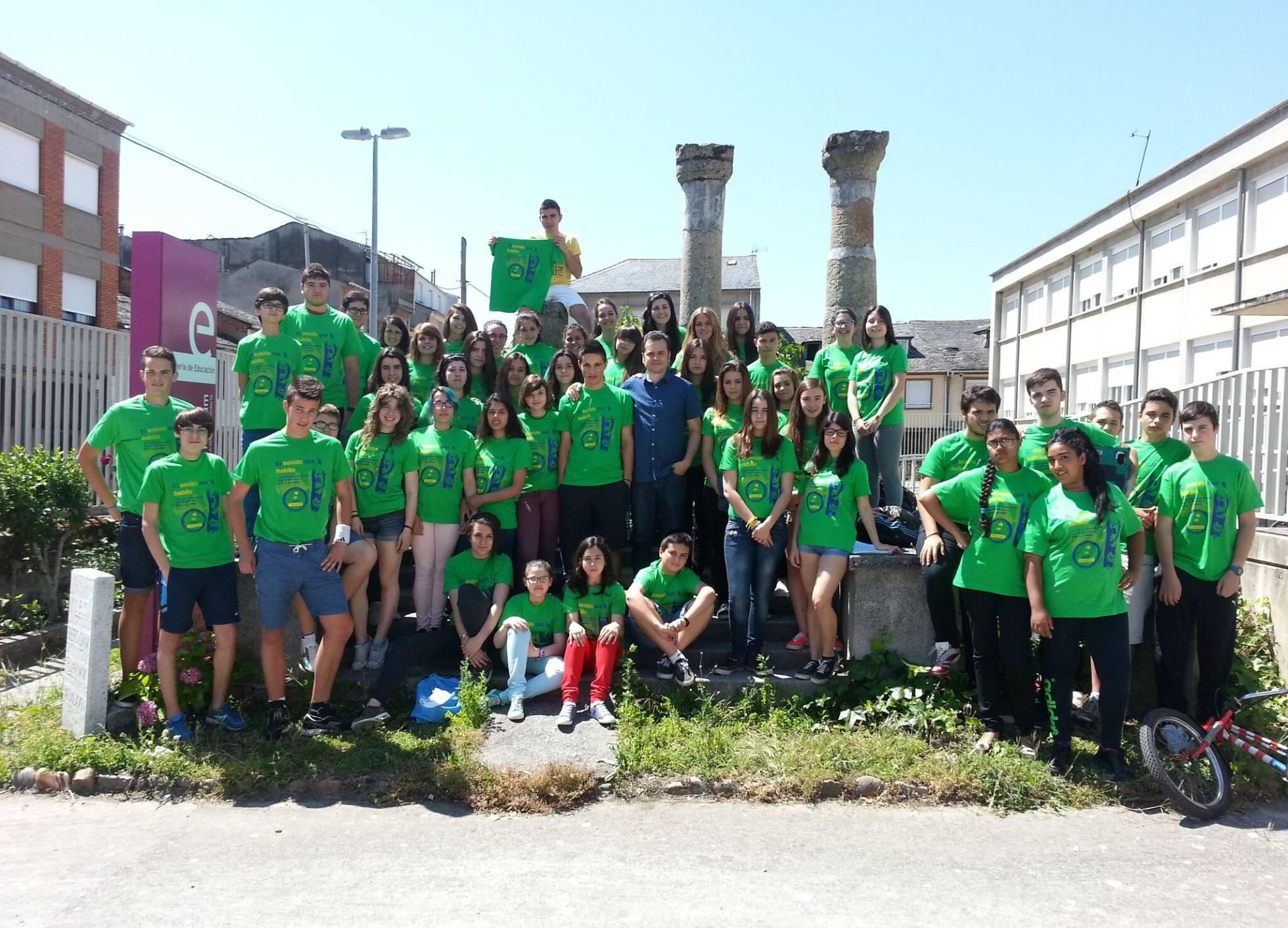 Juan Carlos con estudiantes del IES 'Bergidum Flavium'. Juan Carlos de Miguel