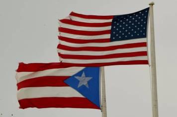 La bandera de Puerto Rico junto a la de Estados Unidos.