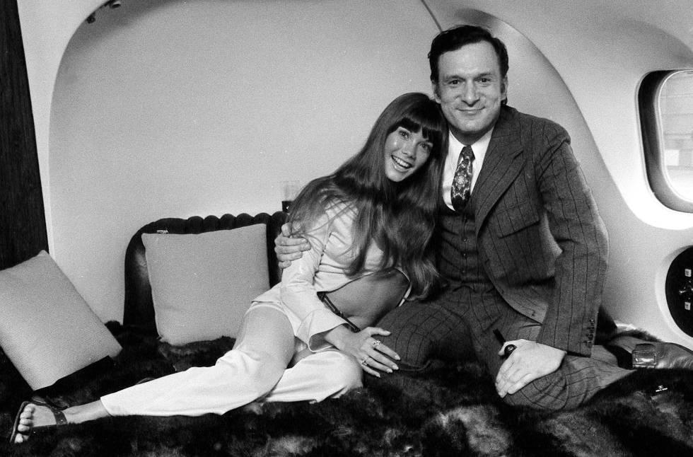 Hugh Hefner y la modelo Barbara Benton, en 1970 a bordo del jet provado del fundador de 'Playboy', al que le puso por nombre ' The Big Bunny'.