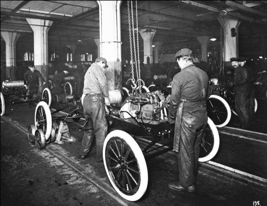 La fabricación en cadena del Ford T hace 100 años tuvo enormes implicaciones en las relaciones laborales, democratizó la compra de coches e inauguró el consumismo con las ventas a plazos.