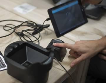 Los dispositivos de lectura dactilar y palmar que utiliza PPa, conectados a una 'tablet'.
