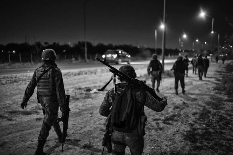 En esta parte del río Bravo, los militares mexicanos patrullan en convoyes de unos15, con un oficial al mando, 1 o 2 sargentos  y unos 10 soldados. Además de sus fusiles, uno de ellos carga una ametralladora.