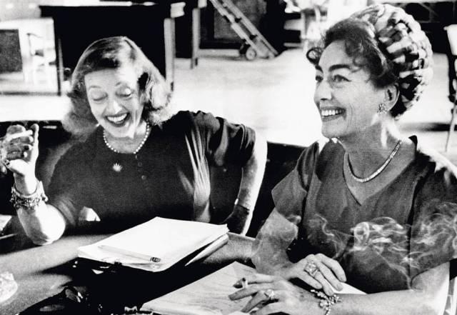 Davis (izquierda) y Crawford parecen charlar animadas mientras preparan su papel.