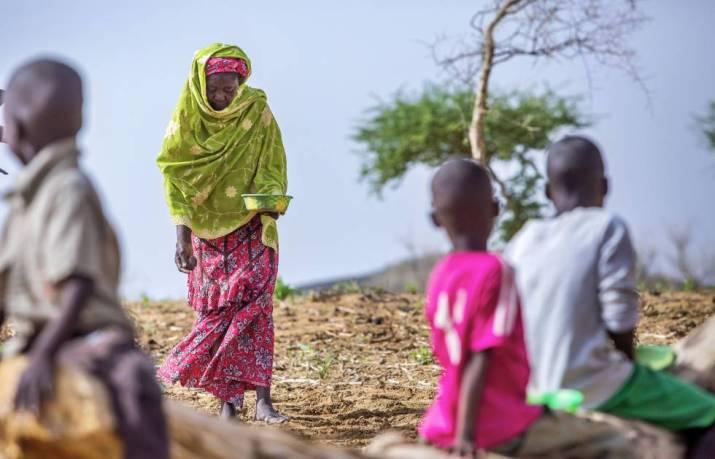 Una abuela con sus nietos en un campo de cacahuetes en Gafati (Níger).