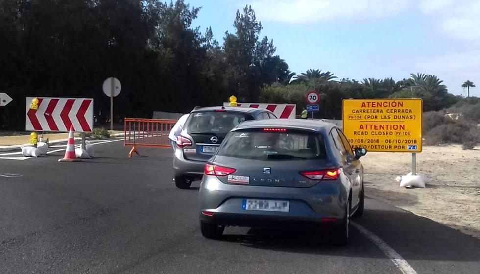 El acceso a la carretera de las Dunas en la glorieta del Hotel Riu, cerrado a partir de este viernes.