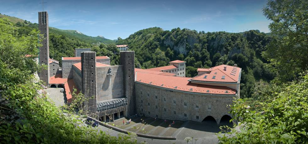 Basílica de Aranzazu, una de sus primeras grandes obras, donde colaboró con el escultor Jorge Oteiza.
