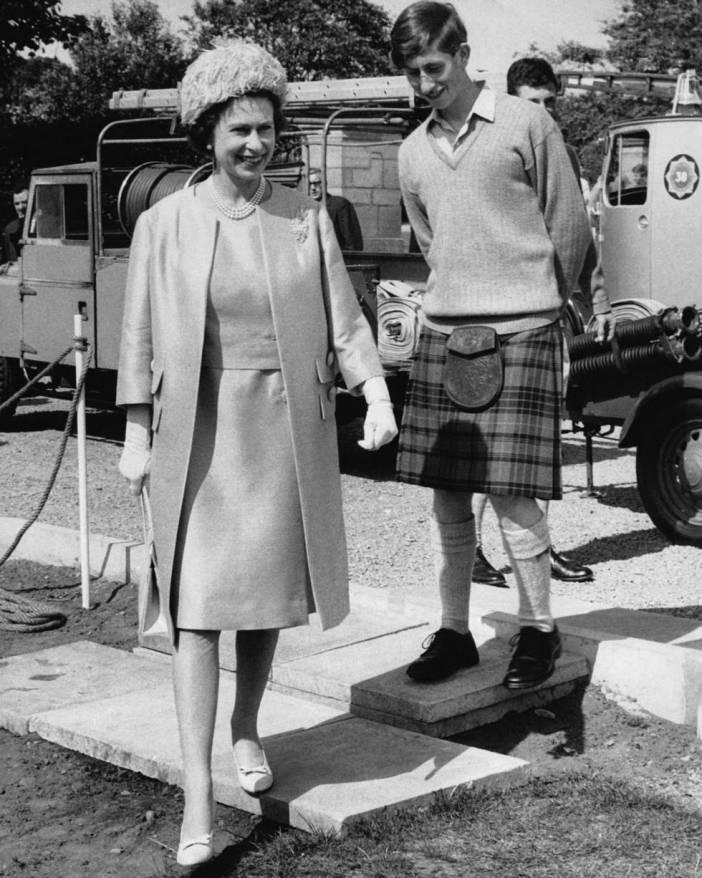 Isabel II en una visita al príncipe Carlos (detrás, con kilt) en la escuela de Gordonstoun, en Escocia, el 25 de julio de 1967.