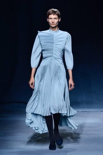 Una modelo en el desfile de Givenchy.