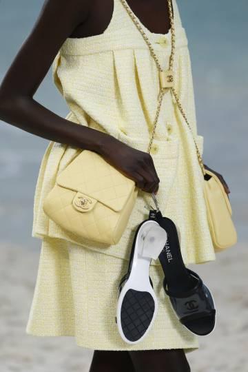 Un detalle de los bolsos cruzados y las sandalias planas del desfile de Chanel.