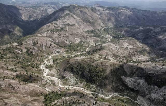El color de la tierra desnuda ya domina las colinas del Macizo de la Hotte, al suroeste de Haití