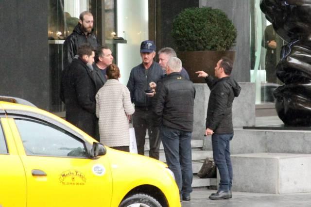 Sean Penn, con una gorra, junto a su equipo, en Turquía, el pasado miércoles.