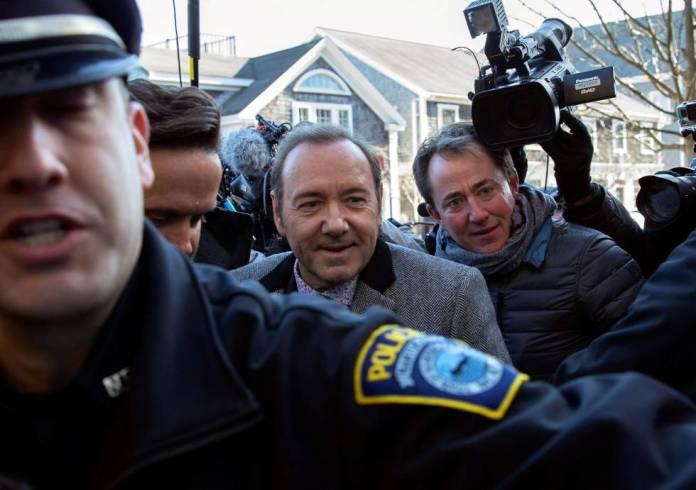 El actor Kevin Spacey es escoltado por la policía a su llegada al tribunal de Nantucket, Estados Unidos, el 7 de enero de 2018.