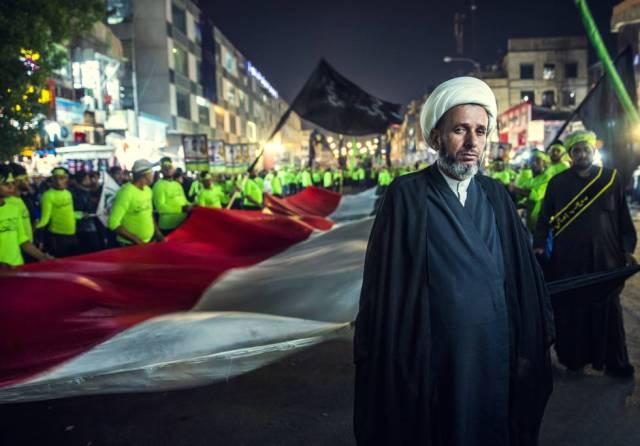 """El ayatolá Habib al Tofi, delante de sus seguidores y una gran bandera iraquí. """"Ser chií supone ser militante"""", dice."""