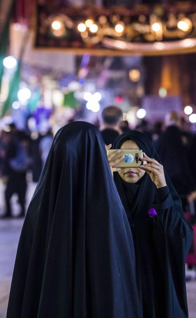 Dos mujeres chiíes vestidas con el chador en Kerbala.