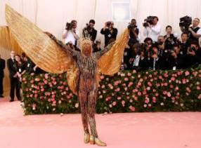 Billy Porter muestra sus alas de oro.