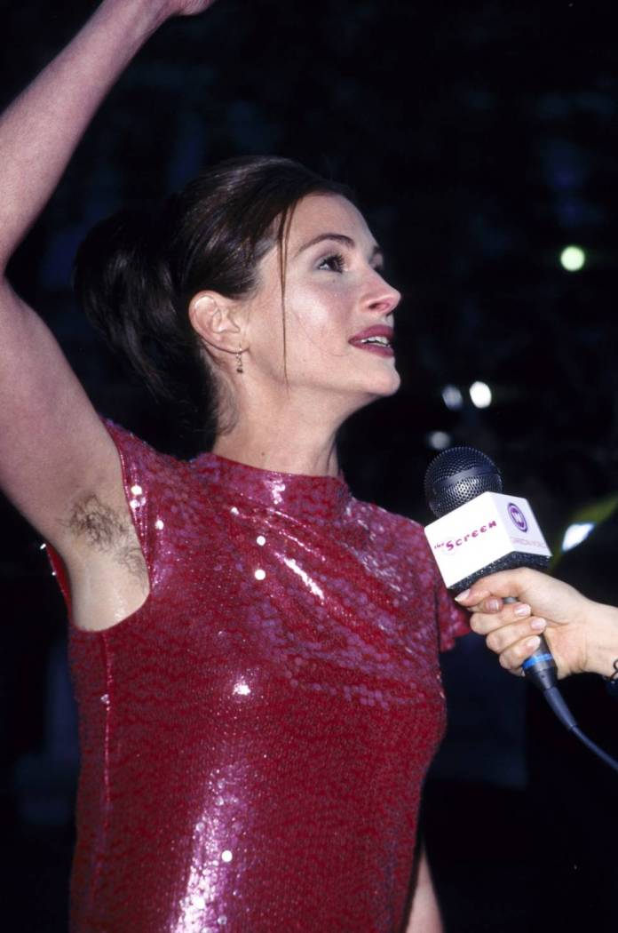 Julia Roberts greets his fans during the premiere of 'Notting Hill' (1999) in London.
