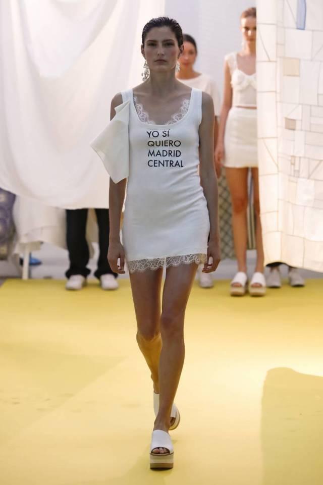 Una modelo luce una de las camisetas reivindicativas de Moisés Nieto.
