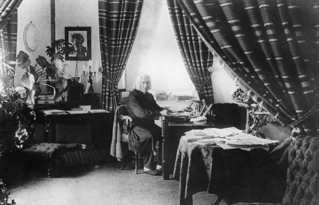 Liszt, en un retrato en su casa de Weimar, Alemania, en 1884.