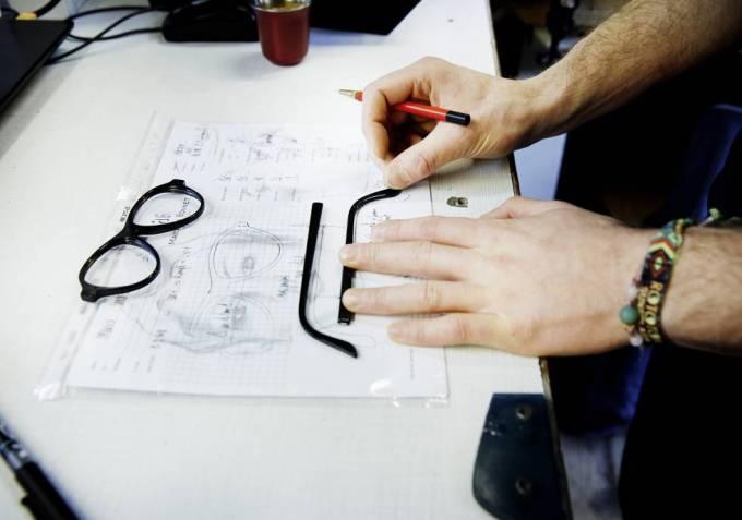 Las gafas de Maison Bonnet se realizan con las mismas técnicas que hace un siglo, pero su actual equipo de artesanos es muy joven; la mayoría apenas supera los 30 años.