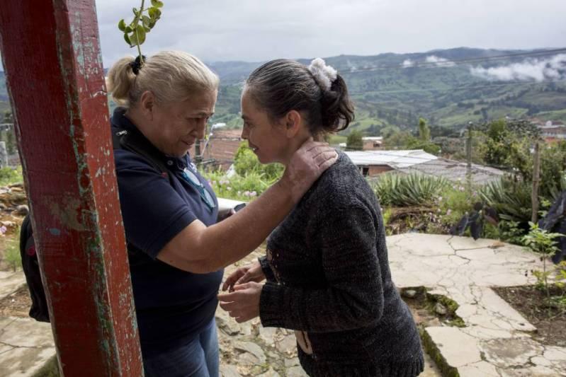 La investigadora Lucía Madrigal saluda a Yamile, enferma de alzhéimer desde los 41 años.