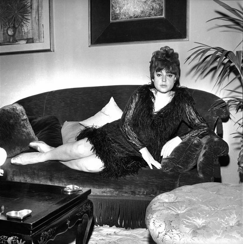 Régine Zylberberg photographed at her Paris home in 1965.