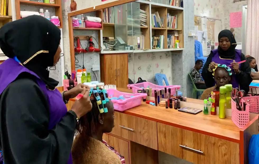 Elizabeth Yieko, una exadicta de 34 años, se arregla el cabello. Hoy, ella ayuda a encontrar otras clientas para el salón de belleza.