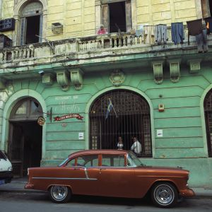 Un viejo coche y el restaurante Casa Miglis.