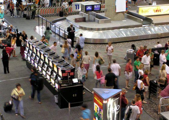 Máquinas caça-níqueis no aeroporto de Las Vegas (EUA).