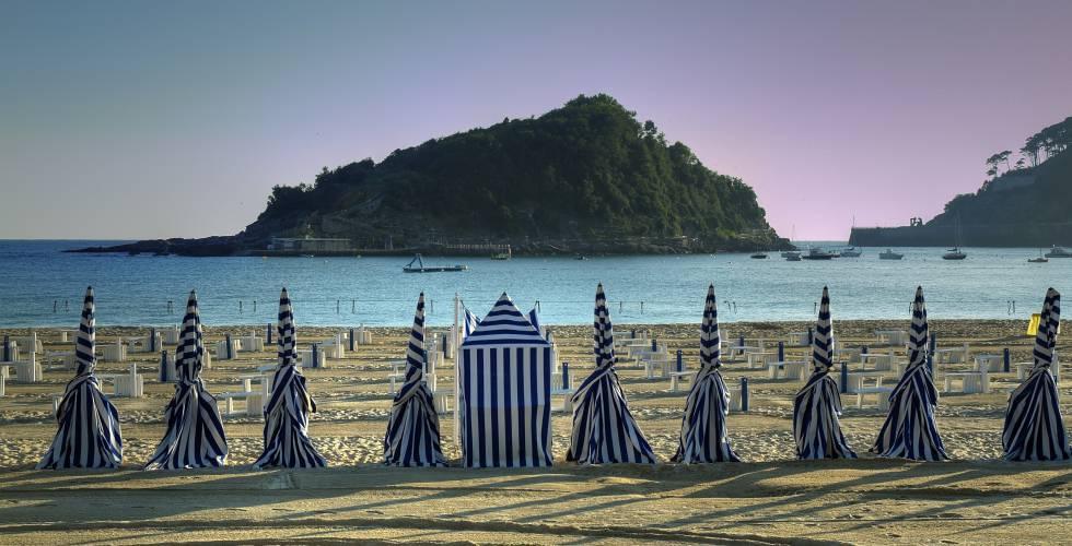 La isla de Santa Clara, frente a la playa de Ondarreta, en San Sebastián (Gipuzkoa).
