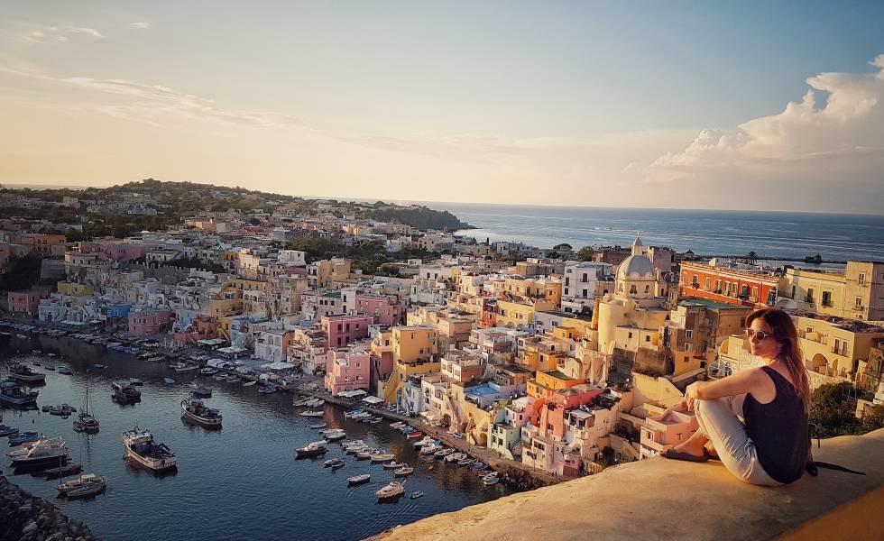 Marina Corricella, en la isla italiana de Procida, desde el mirador de los Cañones de Terra Murata.