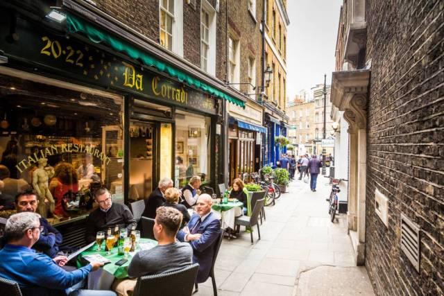 Terrazas en una calle del barrio londinense de Mayfair.