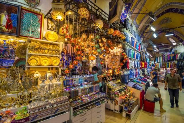 Tiendas de artesanía y ropa en el Gran Bazar de Estambul (Turquía).