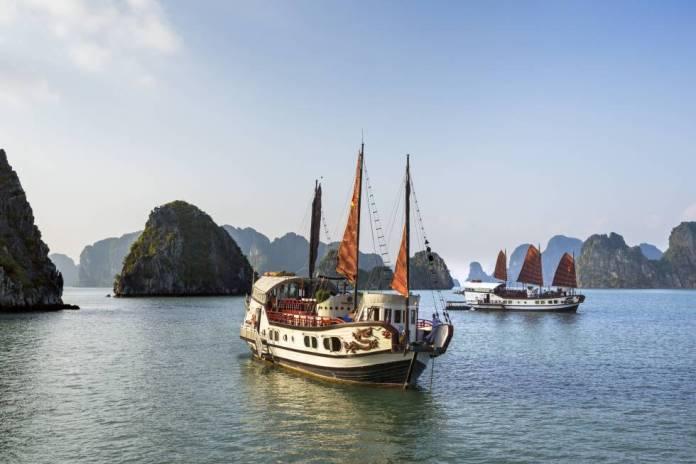 Juncos turísticos en la bahía de Halong (Vietnam).