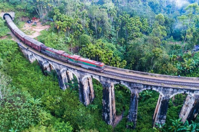El tren de Ella sobre el Puente de los Nueve Arcos (Sri Lanka).