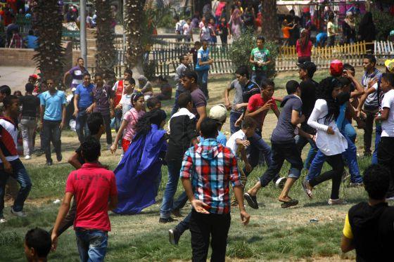 n grupo de chicas sufre el acoso de decenas de jóvenes en un parque de El Cairo durante la festividad de Aid el Fitr, el 20 de agosto. FOTOGRAFÍA: SAMUEL MOHSEN (AP)