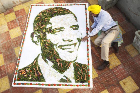 Un artista hindú muestra un retrato de Barack Obama hecho con vegetales. / RAMINDER PAL SINGH (EFE)