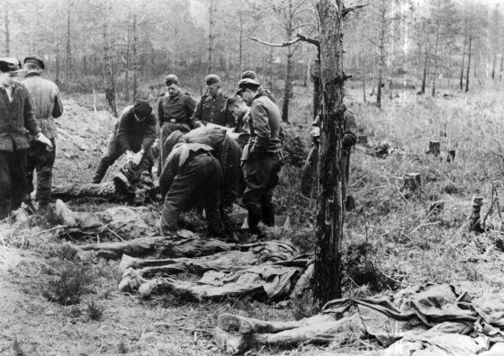 Cuerpos descubiertos en el bosque de Katyn en 1943. / EFE