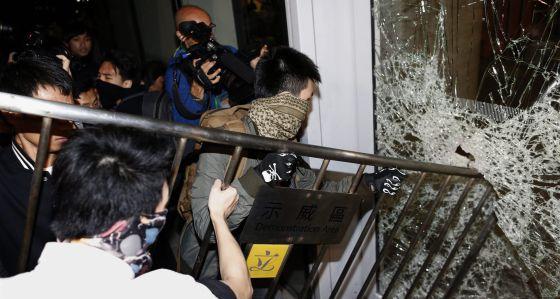 Este momento marca la primera agresión de los manifestantes en dos meses.
