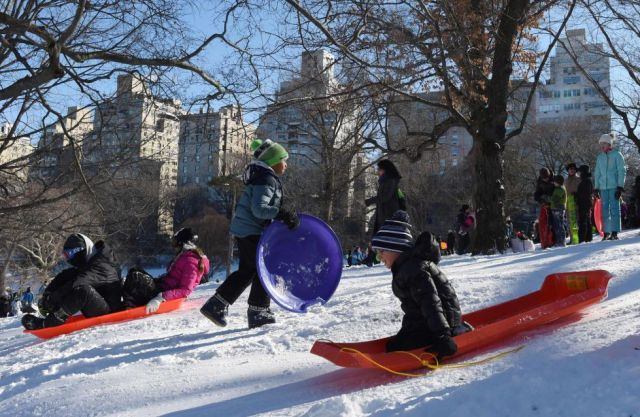 Varios niños se deslizan por las laderas de Central Park en Nueva York.