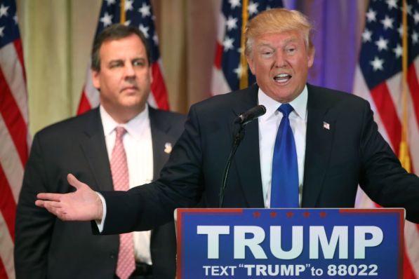 Donald Trump ofrece su discurso acompañado de Chris Christie.