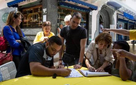 Un grupo de personas participa en la recolección de firmas para activar el referéndum revocatorio al presidente Nicolás Maduro.