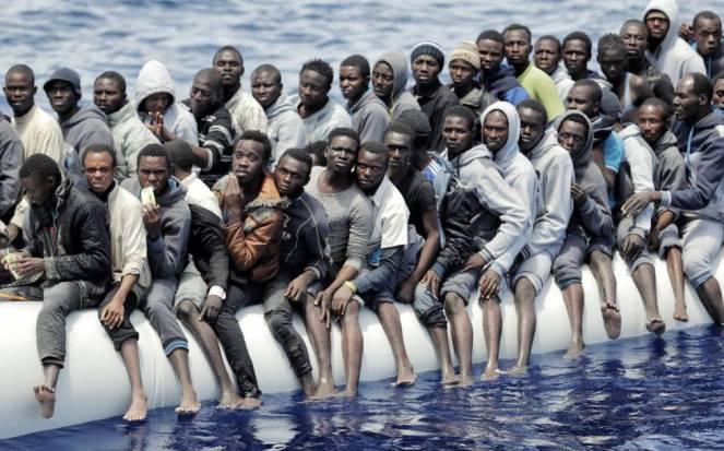 Migrantes rescatados frente a la costa de Libia.