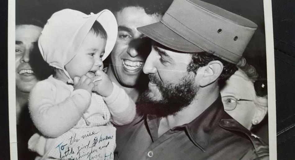 Fotografía dedicada por Castro con una bebé estadounidense durante la semana de abril de 1959, en la que pisó Washington por primera vez