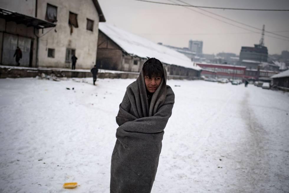 Un migrante en un campo de refugiados en Belgrado.