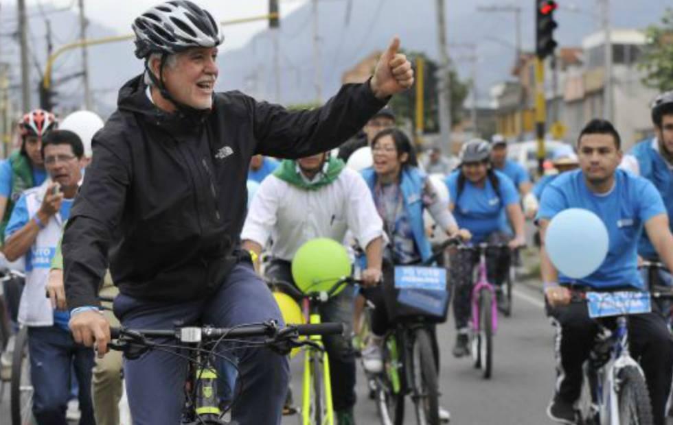 Peñalosa, en bicicleta, durante la campaña por la alcaldía de Bogotá.